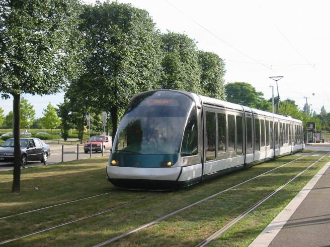Strasbourg Tram: Doesn't it look like something from a Miyazaki movie? All quant and futuristic at the same time?